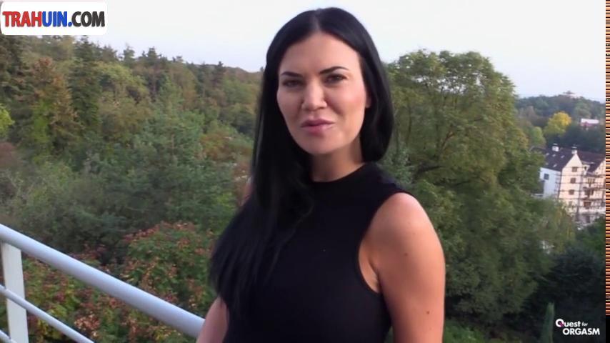 porno-video-milaya-bryunetka-masturbiruet-seks-zhenshina-trogaet-chlen-vo-vremya-edi