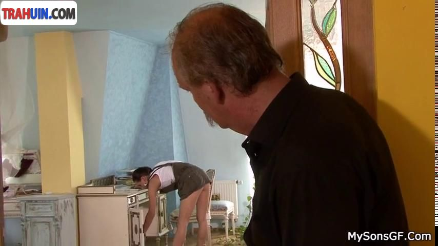Старик трахает молодую работницу21